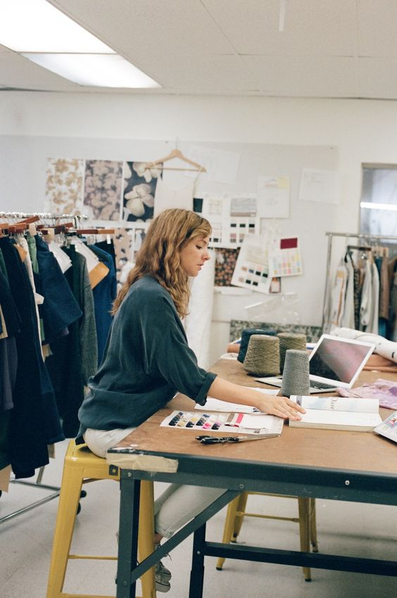 Estilista em seu ateliê trabalhando em coleção de moda sustentável