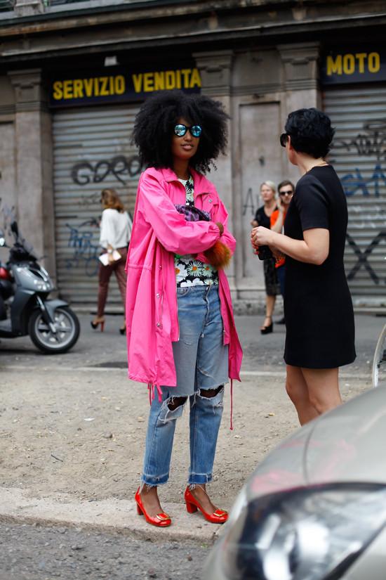 Imagem inspiração com o casaco rosa feminino.