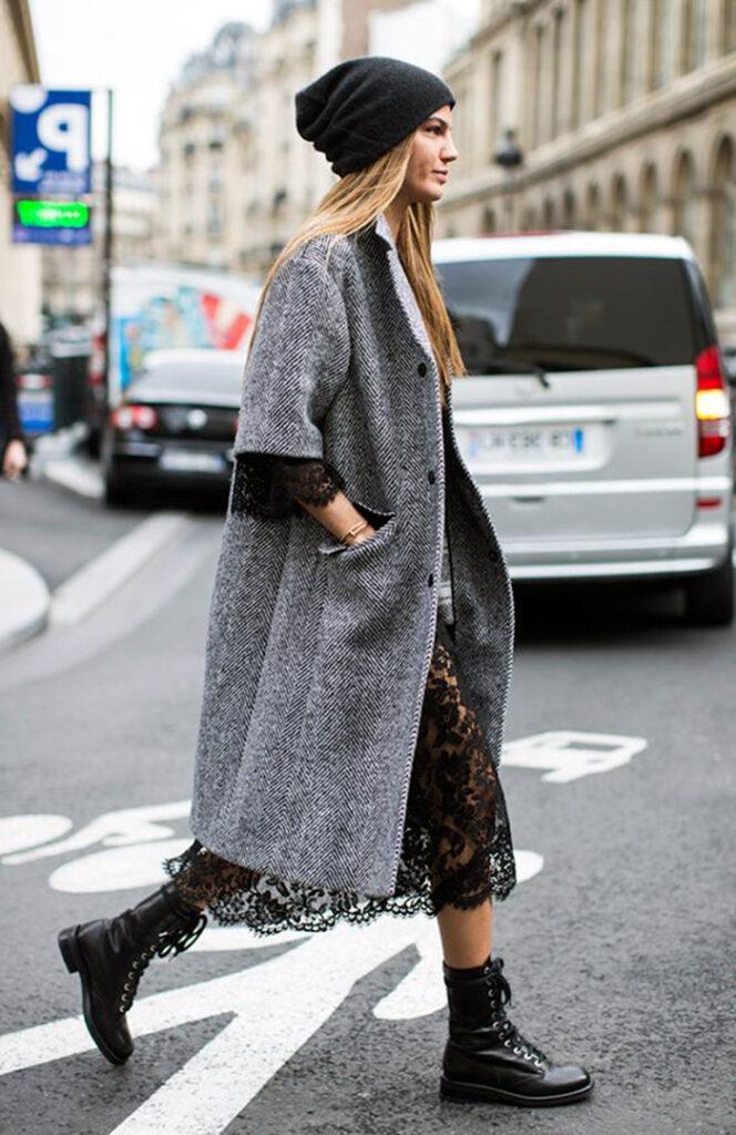 Bota de cadarço feminina com maxi casaco e detalhes em renda
