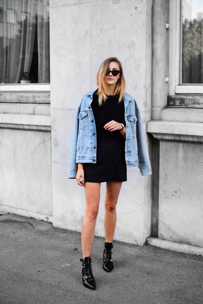 Bota de cadarço feminina com vestido e jaqueta jeans