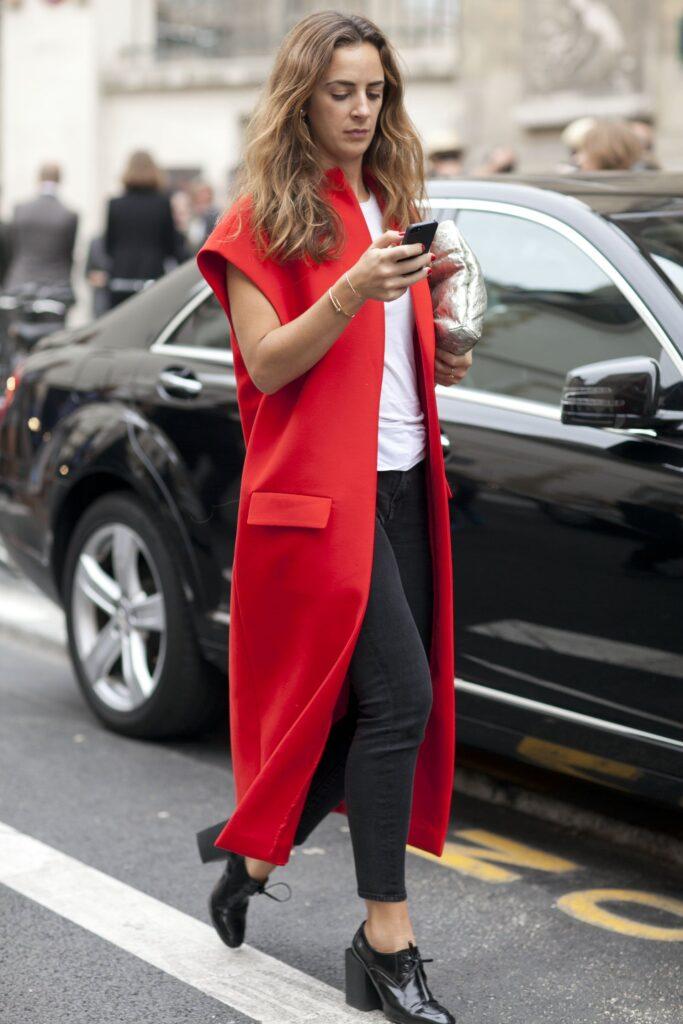 Look básico com colete vermelho