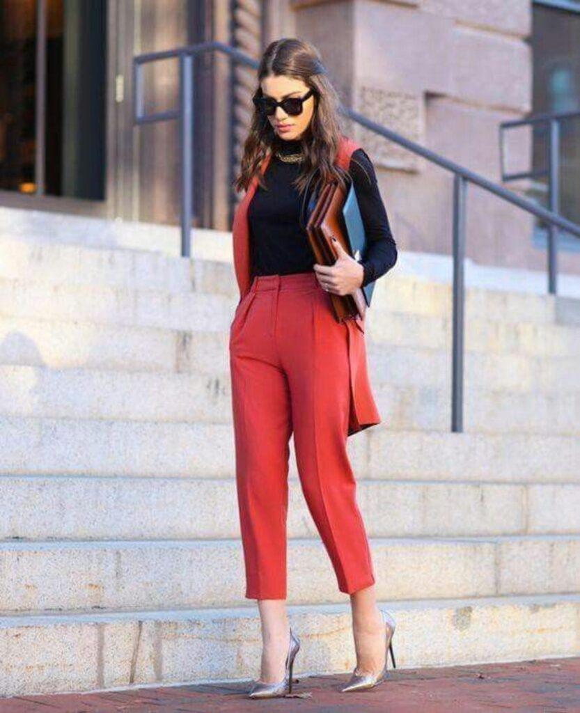 Look com trabalho com colete vermelho