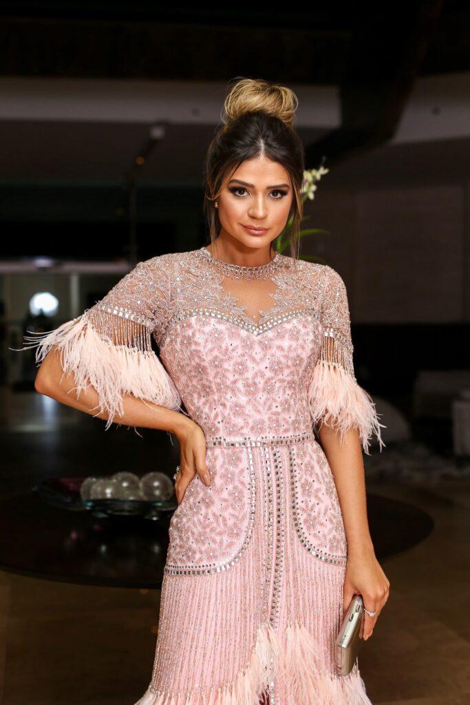 Look inspiração com o vestido de festa com plumas.