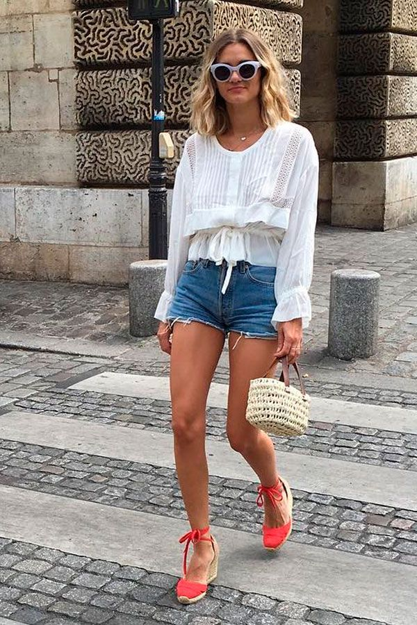 Look inspiração com a sandália anabela vermelha.